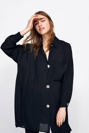 Zara Oversize-hemd mit goldfarbenen knöpfen