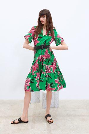 Und Blumenmuster Gürtel Kleid Mit Kleid Kleid Und Gürtel Mit Blumenmuster 8ON0ywPvmn