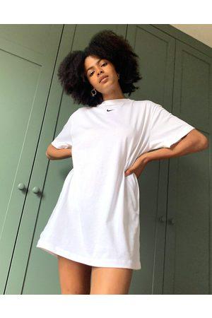 Nike Damen Freizeitkleider - Weißes T-Shirt-Kleid in Oversize-Passform mit kleinem Swoosh-Logo