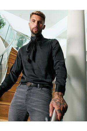 ASOS Schwarzes Satinhemd mit Schluppe und regulärer Passform