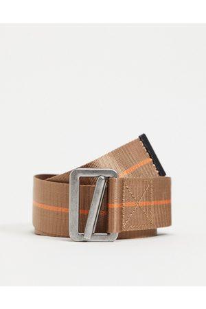 ASOS DESIGN – Gürtel in mit orangefarbenem Detail, Karabinerhaken und langem Ende