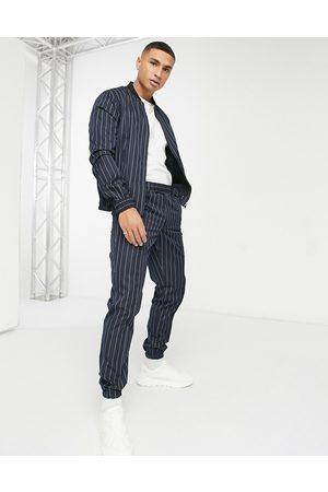 ASOS – Elegante, eng geschnittene Jogginghose mit Nadelstreifen in Marineblau , Kombiteil