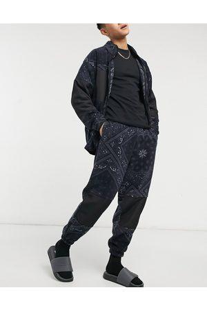 ASOS Oversize-Jogginghose aus Polarfleece mit -weißem All-over-Paisleyprint, Kombiteil