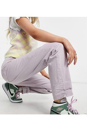 ASOS ASOS DESIGN Petite – Mom-Jeans mit hohem Bund und lockerem Schnitt in lilafarbener Waschung