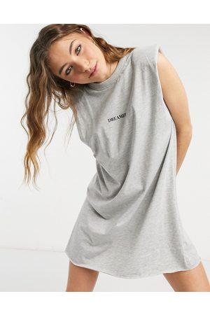 """ASOS – Ärmelloses T-Shirt-Kleid in mit Schulterpolstern und """"Dreamer""""-Print"""