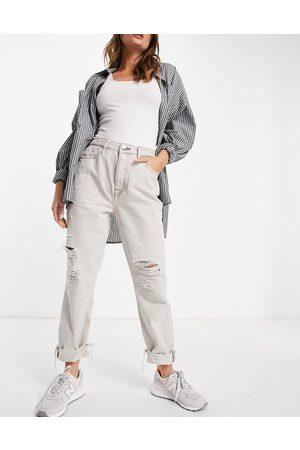 River Island – Mom-Jeans mit Zierrissen am Knie in Ecru-Creme