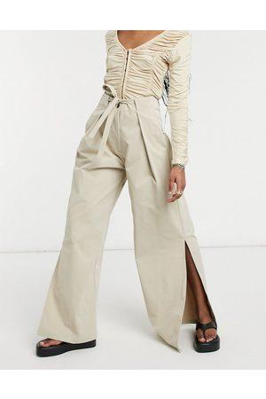 Ghospell – Hose mit weitem Bein, Paperbag-Taille, Zierfalten und geschlitztem Saum-Neutral