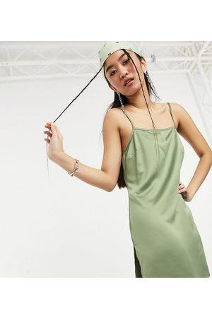 COLLUSION – Mini-Trägerkleid aus Satin mit Schlitz am Oberschenkel im Stil der 90er in Khaki