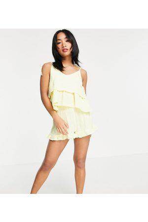 ASOS ASOS DESIGN Petite – Exklusiver Pyjama in Zitronengelb aus Baumwoll-Gaze mit doppellagigem Camisole und gerüschten Shorts
