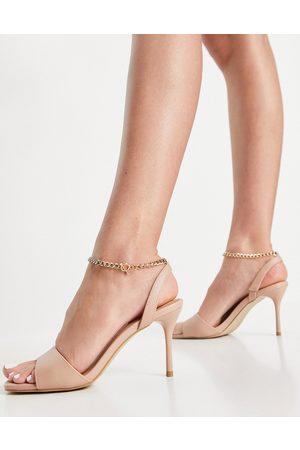 New Look – Sandalen mit Ketten-Knöchelriemen in Kamelhaarfarbe