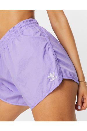 adidas – Adicolor – Shorts in Lila mit Logo