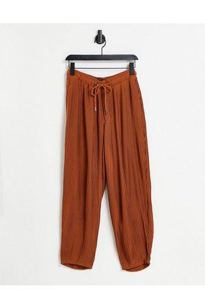 ASOS – Schmal zulaufende, elegante Oversize-Hose in Rostrot mit elastischem Bund und Falten