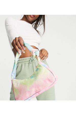 Glamorous – Exclusive – Schultertasche aus Nylon mit verdrehtem Riemen und Knotendetail in Batikmuster-Mehrfarbig