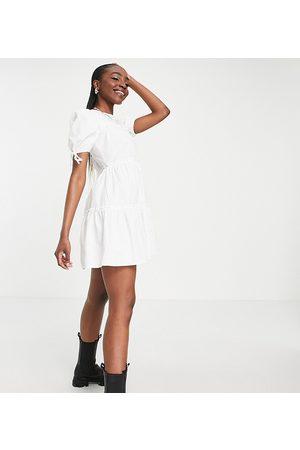 Influence Tall – Gestuftes Minikleid mit Schnürung an den Ärmeln in