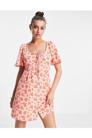 Fashion Union – Mini-Hängerkleid mit Vintage-Blumenmuster und Rüschenärmeln