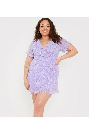 In The Style X Olivia Bowen – Minikleid mit Rüschen, Wickel- und Bindedetail auf der Vorderseite und Blumenmuster in Flieder-Mehrfarbig