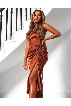 Public Desire X Amber Gill – Midikleid aus Satin im Camisole-Design mit Trägern und gerüschtem Seitendetail in Schokoladenbraun