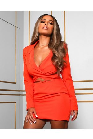 Public Desire X Amber Gill – Blazerkleid mit kurzem Schnitt, Wickeldetail und tief sitzender Taille in