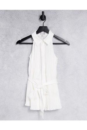 In The Style Damen Oberbekleidung - X Billie Faiers – Ärmelloses Plissee-Oberteil mit Kragendetail und Gürtel in