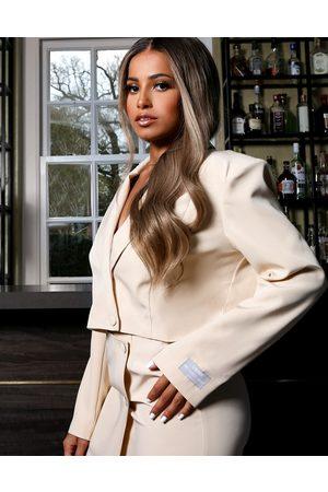 Public Desire X Amber Gill – Blazer mit kastigem, kurzem Schnitt in Butterweiß