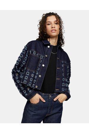 Topshop – Kurz geschnittene Jeansjacke mit Zierausschnitten in Indigo-Blau