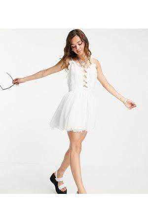 Reclaimed Inspired – Couture – Kurzes Strandkleid mit Spitze und Stickerei