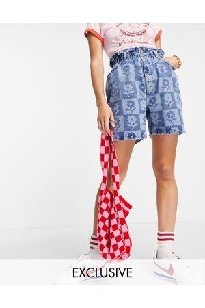Reclaimed Inspired – Shorts mit Paperbag-Taille und Schachbrett-Blumenmuster-Mehrfarbig