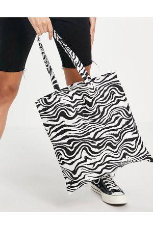 Monki – Maja – Tragetasche aus Bio-Baumwolle mit Zebramuster in Schwarz und Weiß-Mehrfarbig