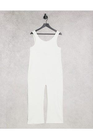 Monki – Sara – Camisole-Jumpsuit in gebrochenem aus geripptem Jersey aus Baumwolle