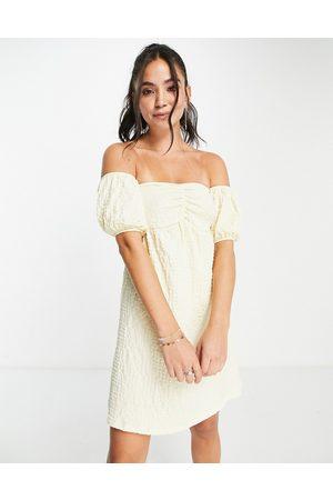 Monki – Selin – Schulterfreies Minikleid in mit Puffärmeln