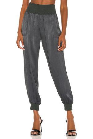 Bobi Damen Hosen & Jeans - BLACK Sleek Textured Pant in . Size S, M, L.