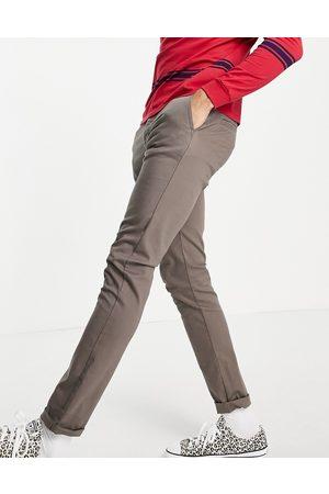 Femme Luxe – Maxikleid mit One-Shoulder-Träger in mit Schlitz am Oberschenkel und Schulteraussparung