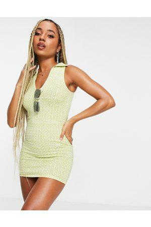 Motel – Bodycon-Kleid mit V-Ausschnitt, Kragen und geometrischem Retro-Print-Mehrfarbig
