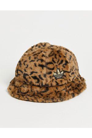 adidas Originals – Flauschiger Anglerhut mit Leopardenmuster und Dreiblatt