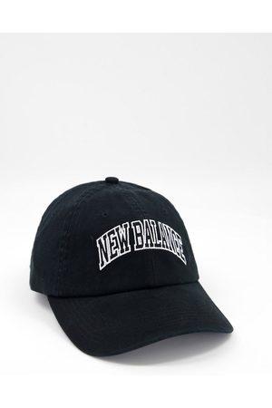 New Balance – Baseball-Kappe in mit College-Logo