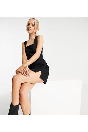 ASOS ASOS DESIGN Petite – Figurbetontes Kleid aus Jeansstoff im Trägerkleid-Stil mit Naht in