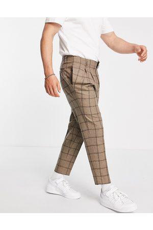 ASOS – Elegante, schmal zulaufende Hose aus Wollmischgewebe in kariertem Kamelbraun mit kurzem Schnitt-Neutral