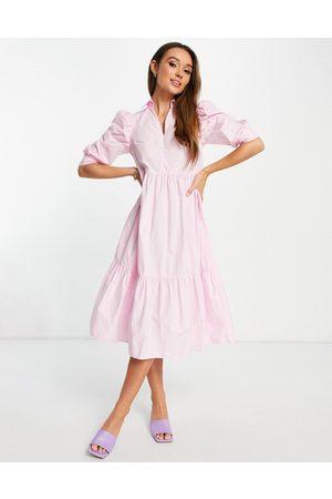 Glamorous – Gestuftes Midi-Hemdkleid in Pastellrosa