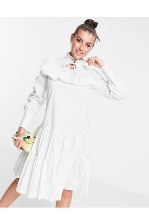 Glamorous – Gestuftes Hängerkleid mit Rüschen und hohem Ausschnitt
