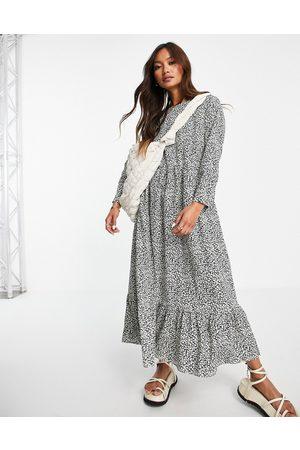 Glamorous – Midi-Hängerkleid in mit plissiertem Saum und Blümchenmuster