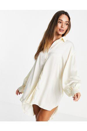 Glamorous – Oversize-Hemdkleid aus Satin in Creme