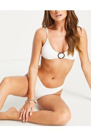Accessorize – Kurzes, strukturiertes Triangel-Bikinioberteil in mit Ringdetail
