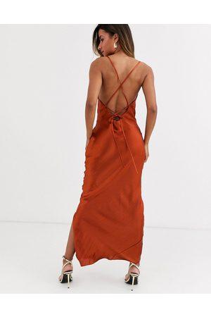 ASOS – Maxi-Schlupfkleid aus hochglänzendem Satin in Rostrot mit schmalen Trägern und Schnürung am Rücken