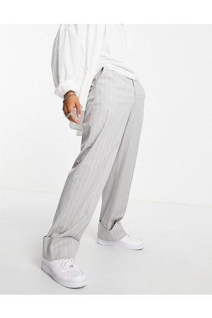 ASOS DESIGN – Elegante Hose in meliert mit Nadelstreifen, weitem Bein und breitem Umschlagsaum